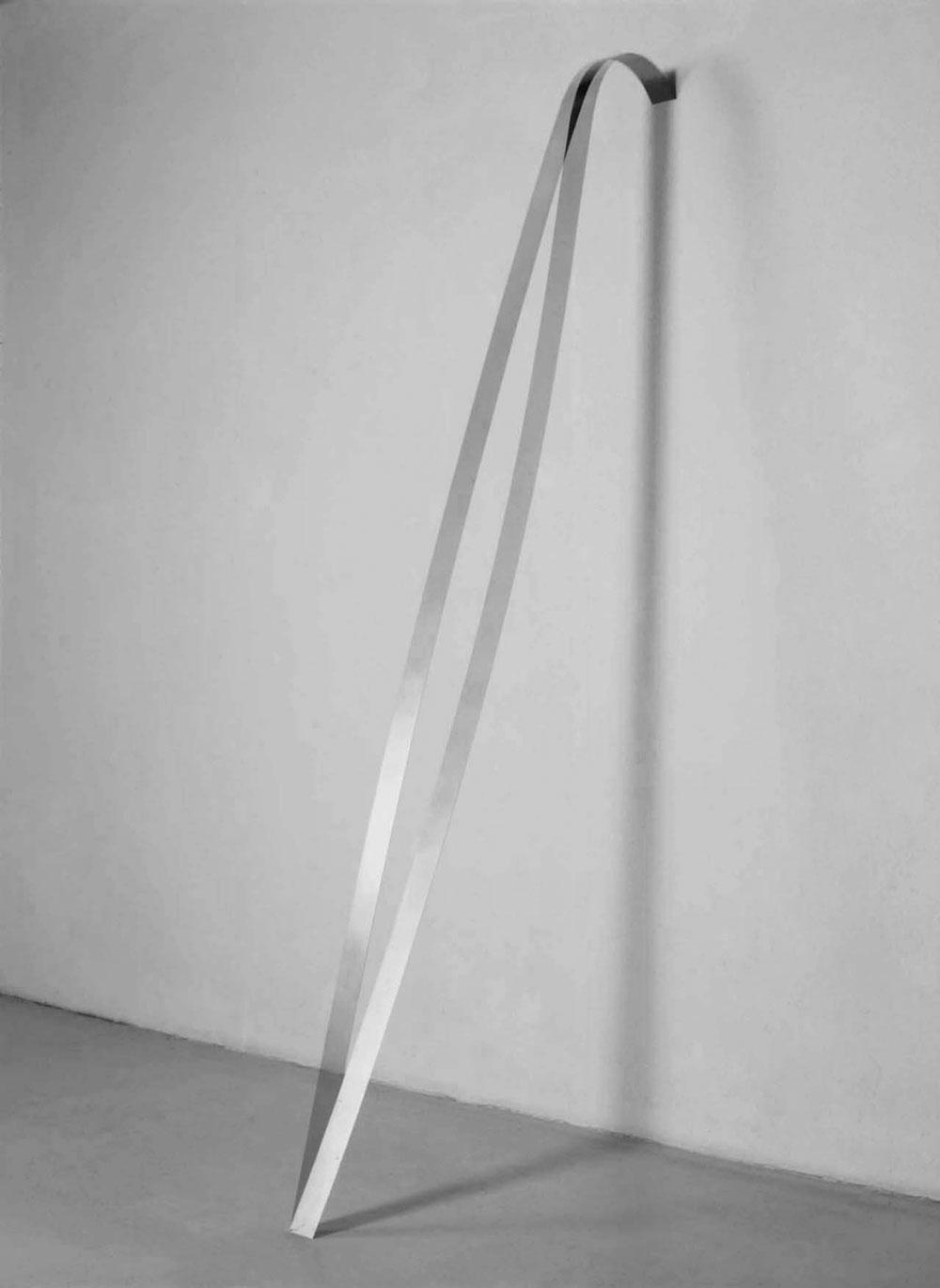 Abbildung Band, gegen die Wand lehnend in Schwingung