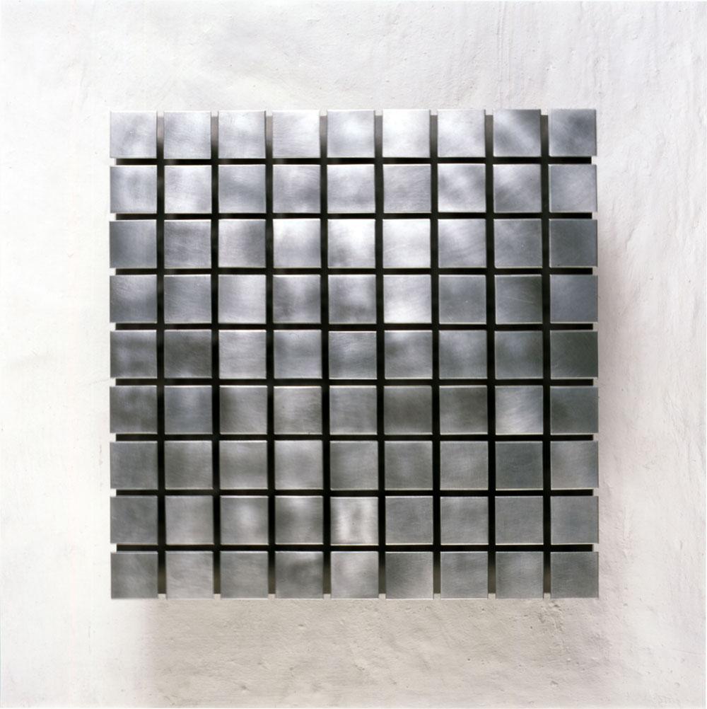 martin-willing_quadratmembran-beidseitig-pyramidenfoermige-massen-frontal