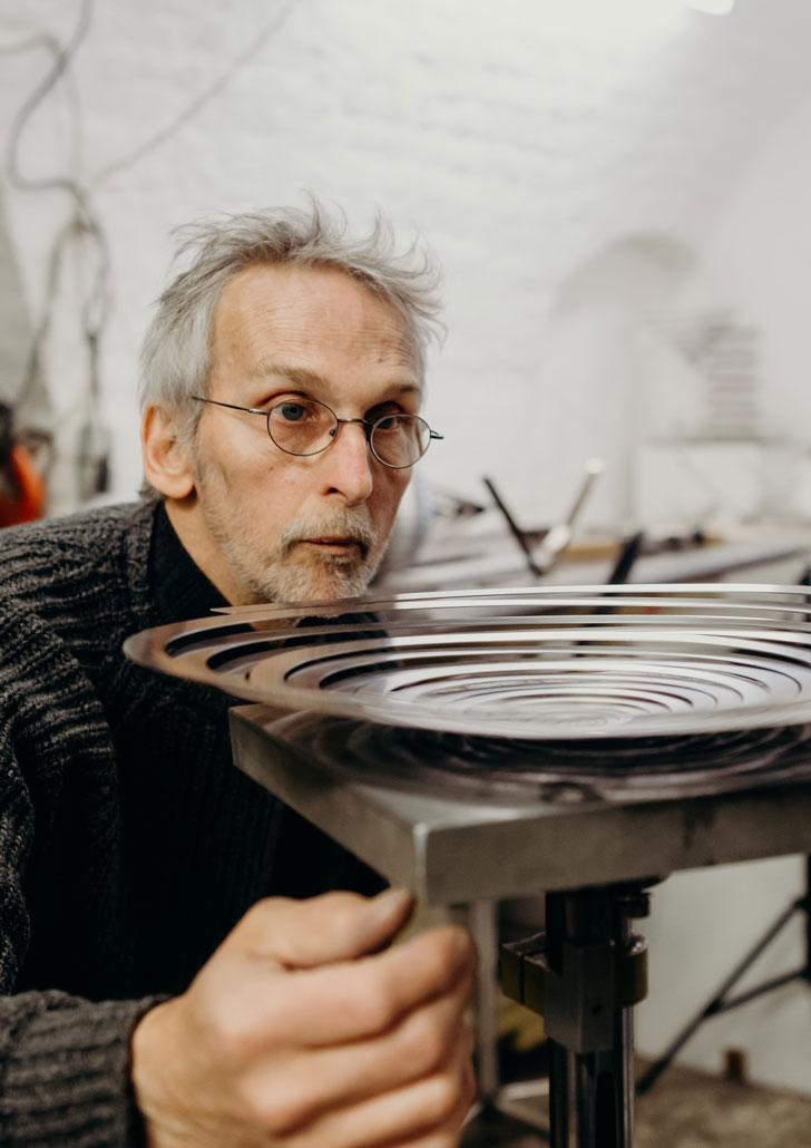 Martin Willing bei der Arbeit an einer Dreibandscheibe